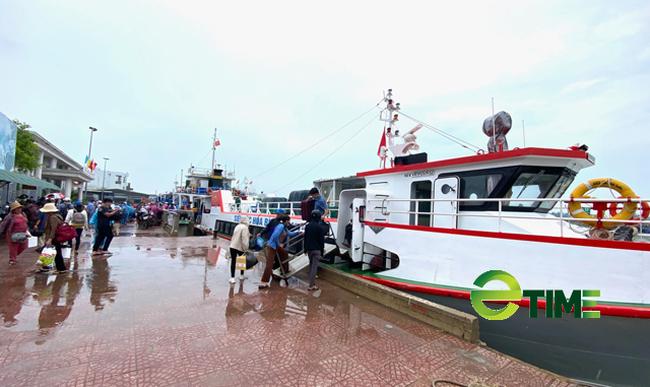 Tàu khách hoạt động chỉ được phép đưa, đón người dân Lý Sơn và các trường hợp đi công vụ từ đất liền ra đảo và ngược lại.